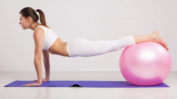 Pilates Ball Übung Matte